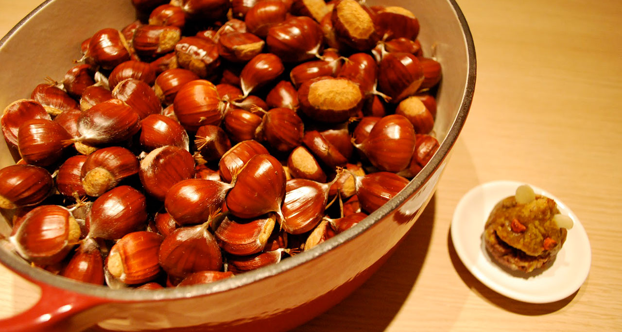 Hat De Nong (hot chestnuts) have become an indispensable snack for Hanoi winter for a long time