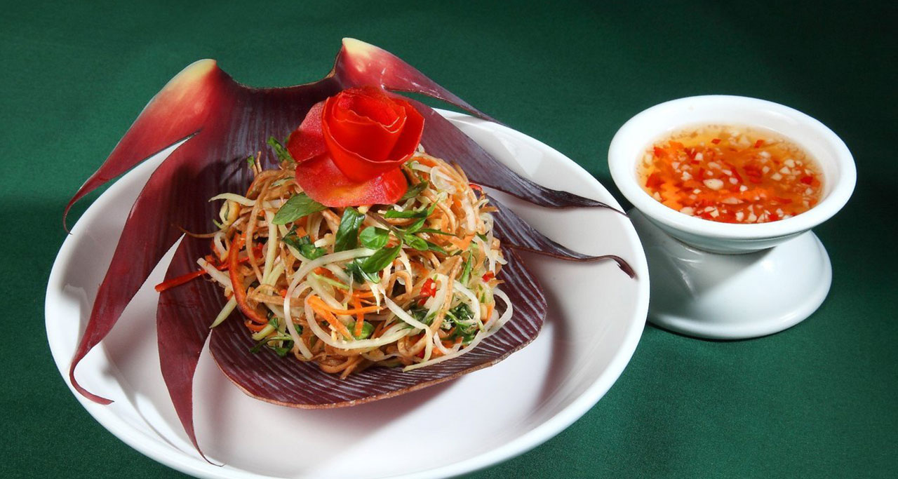 Nom hoa chuoi – a kind of crunchy salad is made with banana blossom